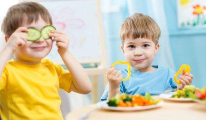 Kids,eating,healthy,food,in,kindergarten,or,at,home